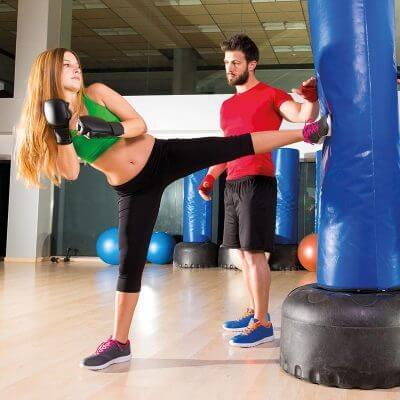 femme coaché pour optimiser son coup de pied