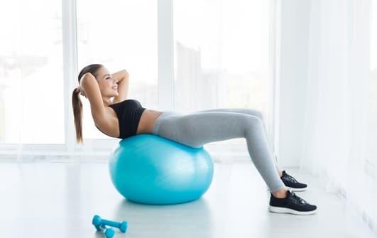 crunch sur ballon de gym